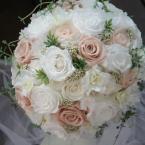 プリザーブドブーケNo.7~ホワイト×モーヴピンク:¥30,000(ブートニア、ケーススタンド付き)/花材:プリザーブドフラワー(ネイチャーオールウェイズ フロールエバースタンダードローズ等)