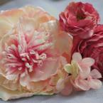 ヘアアクセサリーNo.4~アーティフィシャル和装用:¥4,000/花材:芍薬、ラナンキュラス、アジサイ