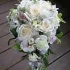 アーティフィシャルフラワーブーケNo.7~バラキャスケード:¥18,000(ブートニア付き)/花材:バラ、スイトピー、デルフィニウム、ホワイトスター、グリーン(すべてアーティフィシャルフラワー)